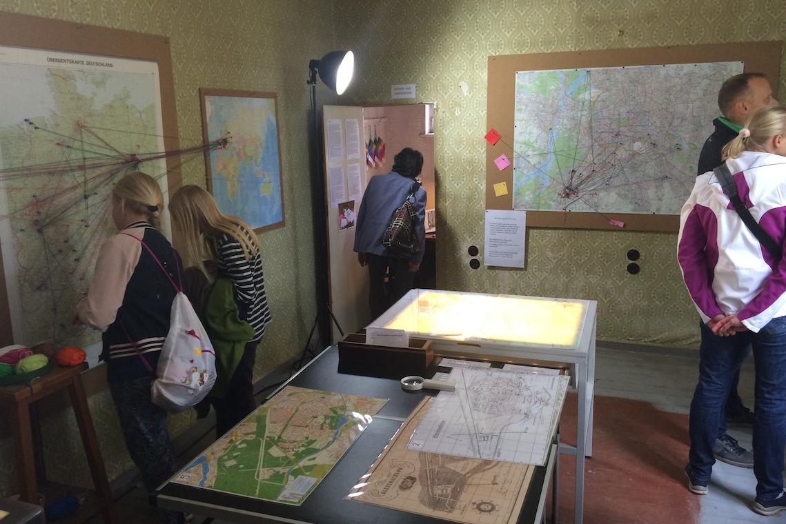 Besucher im Kartenraum KM 117 Ausstellung Wurzeln