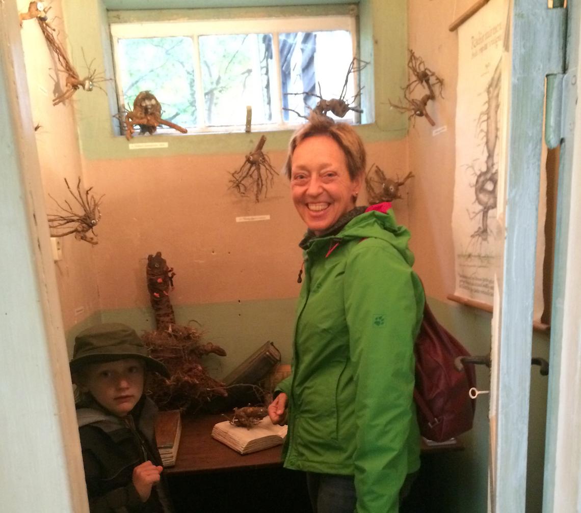 Wunderkammer mit Wurzelskulpturen der Kleinmachnower Künsterlin Julia Ehrt